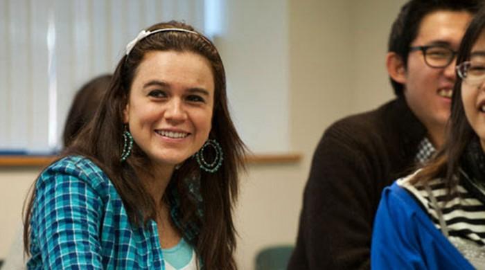 Chica formandose en Universidad de Boston
