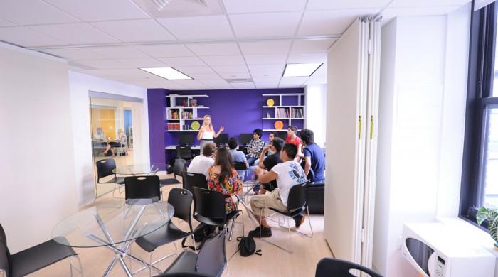 Sala de estudiantes en la escuela de inglés en Boston