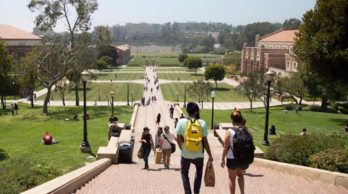 Estudiantes en el campus de UCLA