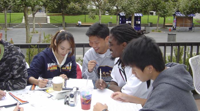 Alumnos disfrutando de la hora de la comida