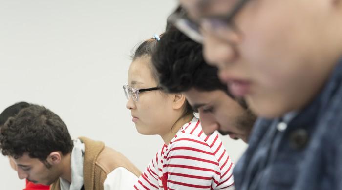 Estudiantes en clase en Cambridge