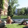 estudiantes tomando el sol