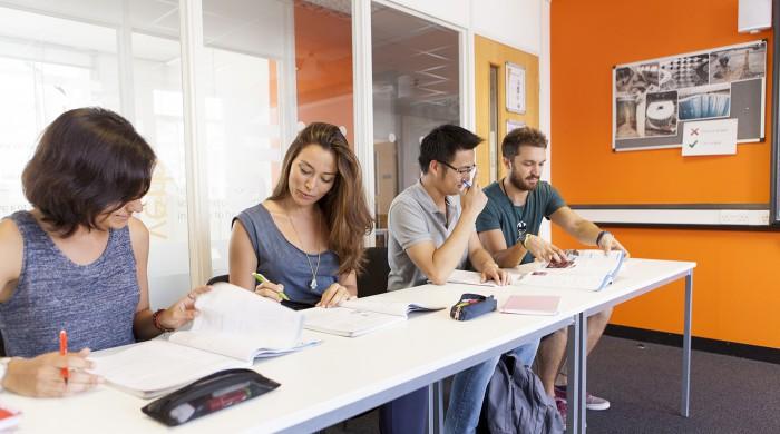 empresarios estudiando ingles