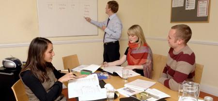 ejecutivos estudiando en Brighton