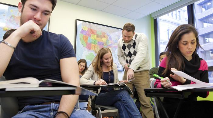 estudiantes durante clase de ingles