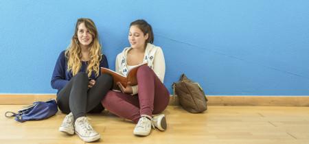 jovenes estudiando ingles
