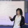 Profesora dando clases de ingles