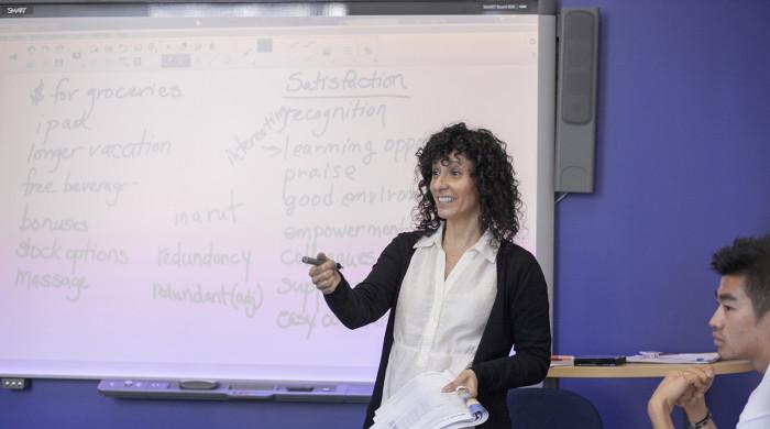 profesora de ingles dando clases