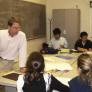 profesor dando clases a sus alumnos