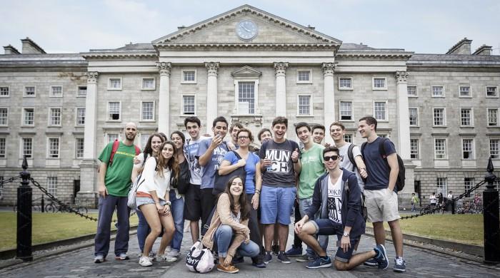 jovenes estudiando ingles en Trinity College